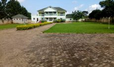 7 bedroom house for sale in Kitiko Mutungo Entebbe Road 950m