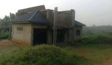 This is a 6 bedroom shell house for sale in Kasanje sitting on a plot of land of 100x100ft going for 160m Uganda shillings.