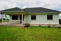 100 acre farmland with house for sale in Nwoya at 700m
